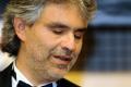 Andrea Bocelli sa modlil na brehu rieky Jordán, sprevádzal ho duchovný