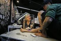 REPORTÁŽ: Následky choroby bielych škvŕn vitiligo odstraňujú tetovaním