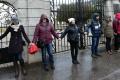 Pri sídle NATO vytvorili demonštranti živú reťaz, zasahovala polícia
