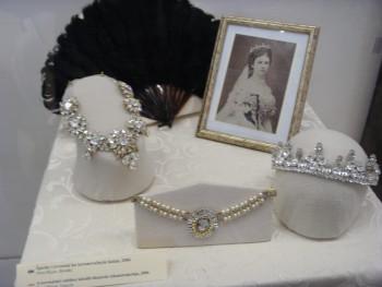 Výstava Kráľovná Alžbeta a móda prináša záplavu luxusných materiálov