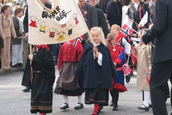 Deň ústavy Nórskeho kráľovstva oslávilo s veľvyslankyňou 200 študentov