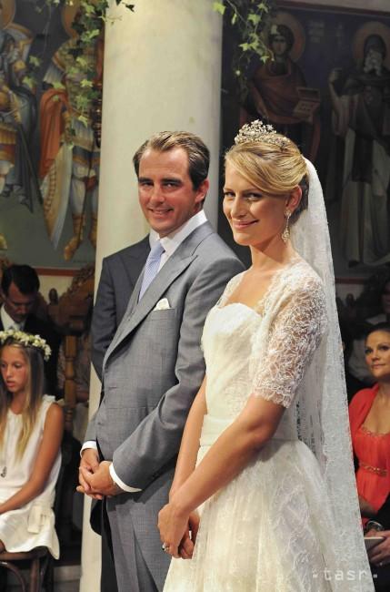 f38fe137bd13 ... princ Nikolaos a Tatiana Blatniková sa usmievajú počas svadobného  obradu na ostrove Spetses 25. augusta 2010. Kráľovská svadba v Grécku bola  prvou po ...