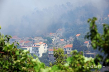 Pre lesný požiar na juhu Francúzska evakuovali 100 obytných domov
