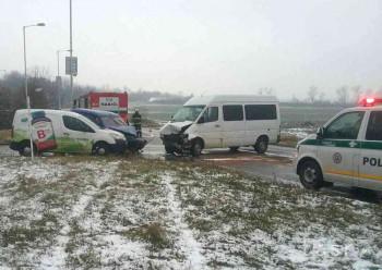 FOTO: V Bratislave sa zrazili dve autá a dodávka, zasahujú hasiči