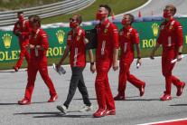 Sebastian Vettel spolu s členmi tímu Ferrari počas