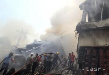 Na Jáve sa vojenské lietadlo zrútilo na rodinný dom, zahynuli piloti