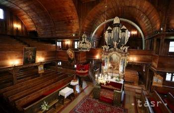 Drevený kostol v Hronseku pripomína prevrátenú loď
