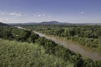 Rieka Morava a v pozadí hrad Devín