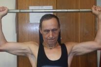 Tomuto pánovi by ste vek neuhádli, cvičí a posilňuje celý život