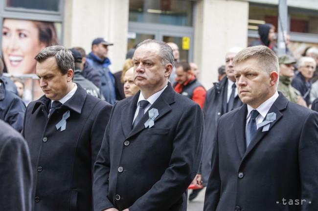 ad5701c06 Na snímke traja najvyšší ústavný činitelia prezident SR Andrej Kiska  (uprostred), premiér SR Robert Fico (vpravo) a predseda parlamentu Andrej  Danko kráčajú ...