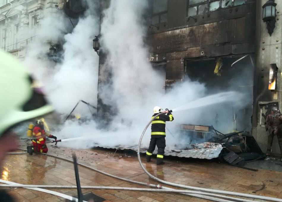 VIDEO  Vianočné trhy v plameňoch  Hlavné námestie evakuovali af785410cd3