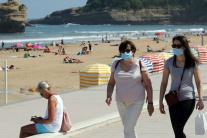 Ľudia na pláži vo Francúzsku