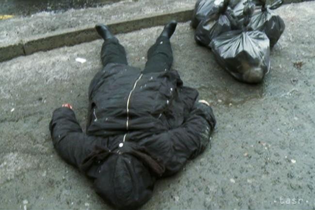 Na videosnímke obete útoku delostreleckým granátom na zastávku električky  ležia na zemi 22. januára 2015 v Donecku. ef01dd7686b