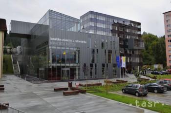 Spor bývalej kontrolórky a Katolíckej univerzity sa skončil dohodou