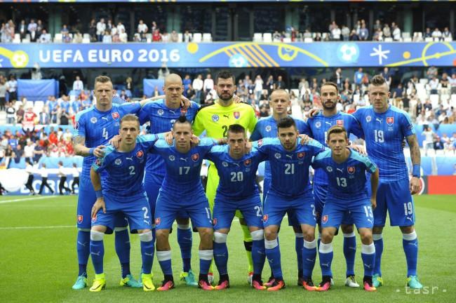 d2a21643f7755 Na snímke slovenskí futbalisti pózujú pred zápasom B-skupiny na  majstrovstvách Európy vo futbale medzi Walesom a Slovenskom 11. júna 2016  vo francúzskom ...