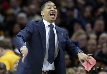 NBA: Cleveland predĺžil zmluvu s trénerom Lueom o ďalších päť rokov