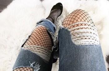 Sieťované pančuchy dodajú roztrhaným džínsom šmrnc a ženskosť