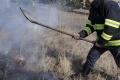 Hasiči pre vypaľovanie trávy bojovali s viacerými požiarmi