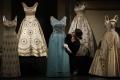 Svadobné šaty aj známe klobúky: Britská kráľovná ukáže kúsok šatníka