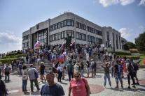 Polícia začala vytláčať protestujúcich spred parla
