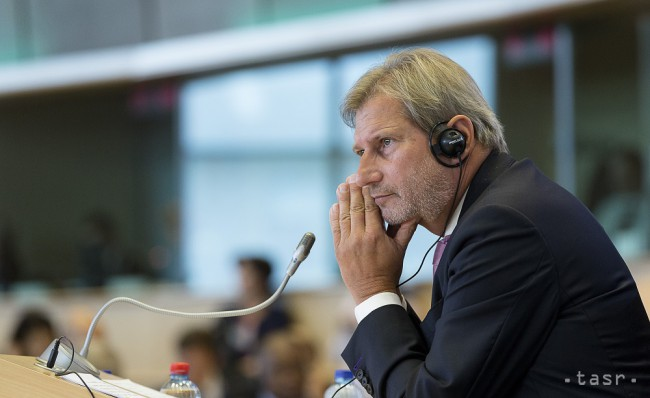 Hahna znepokojuje Turecko, chce hovoriť o jeho členstve v EÚ