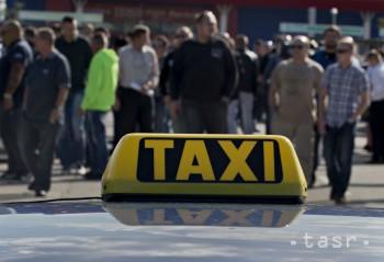 Taxikári v Prahe protestujú, zablokovali magistrálu