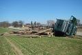 Kamión s drevom sa prevrátil do poľa, unikli prevádzkové kvapaliny