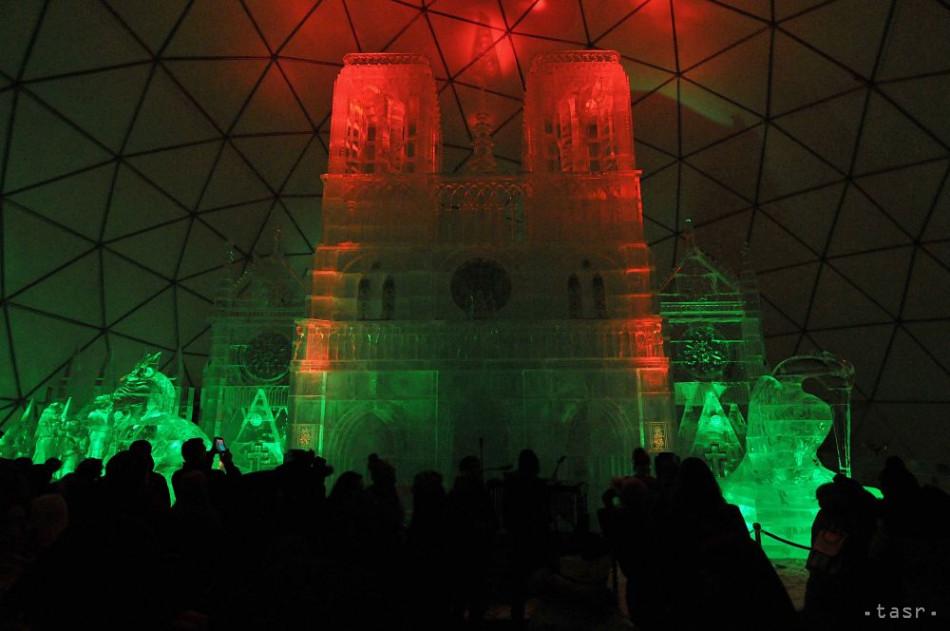 Na snímke parížska katedrála Notre Dame vytvorená z ľadu ako tradičný Ľadový dóm počas otvorenia zimnej turistickej sezóny na Hrebienku vo Vysokých Tatrách 21. novembra 2019. Foto: TASR - Oliver Ondráš