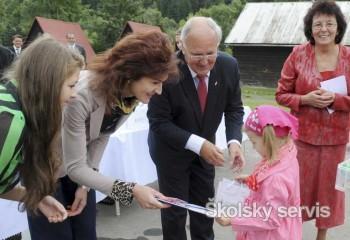Kysuckí prváci dostali so šlabikármi aj darčeky od ministra školstva