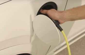 Známa švédska automobilka: Už ani jedno auto bez elektromotora