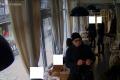 Z bundy zavesenej v reštaurácii ukradol zlodej 700 eur