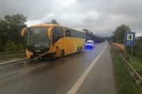 TRAGÉDIA: Pri Šahách sa zrazili auto a autobus, zahynula mladá rodina