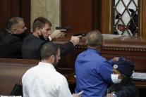 Policajti mieria zbraňami na protestujúcich