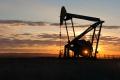 Vysoké zásoby na trhu pokračujú, ceny ropy klesli