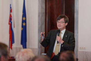 UK: O využití LED svetiel prednášal nositeľ Nobelovej ceny H. Amano