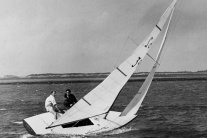Britský princ Philip (vľavo) kormidluje plachetnic