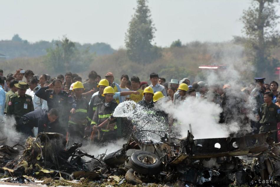 FOTO: Mjanmarské armádne lietadlo padlo do ryžového poľa, štyria mŕtvi
