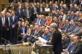 Krehká menšinová vláda v Británii zvládla prvé hlasovanie v parlamente