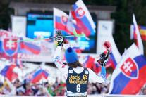Petra Vlhová v cieli 2. kola, v pozadí slovenskí f