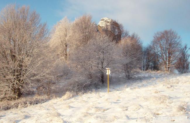 Melichovu skalu nad Detvou vidieť z diaľky, najkrajšia je zasnežená