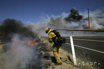 Pre požiare v Kalifornii evakuovali z okolia Los Angeles stovky ľudí