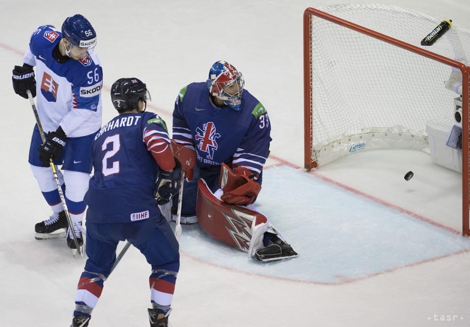 Na snímke gól vľavo Marko Daňo (Slovensko), vpravo brankár Ben Bowns a uprostred Dallas Ehehardt (obaja Veľká Británia) po góle Slovenska v zápase základnej A-skupiny Veľká Británia - Slovensko na 83. majstrovstvách sveta v ľadovom hokeji v Košiciach 18. mája 2019.