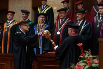 Celosvetovo uznávaný mineralóg E. Makovický získal čestný doktorát UK