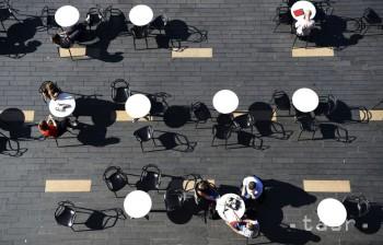 Ľudia sedia počas slnečného počasia v Londýne v pondelok 17. septembra 2018.