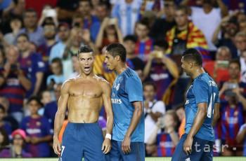 Cristiano Ronaldo (vľavo) z Realu Madrid sa teší z gólu v prvom stretnutí o španielsky Superpohár medzi FC Barcelona - Real Madrid.
