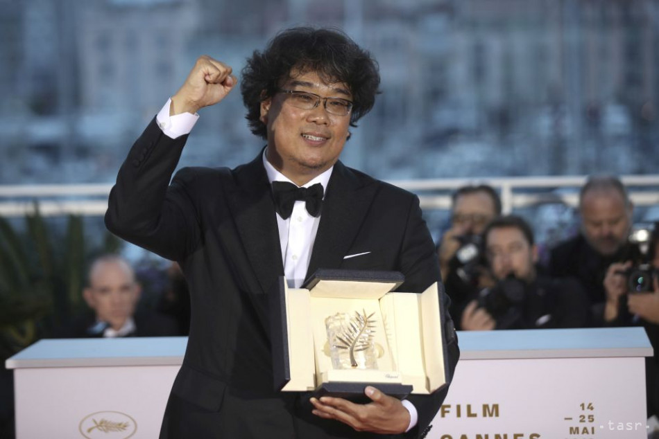 Juhokórejský režisér Pong Čun-ho pózuje so Zlatou palmou, ktorú získal za drámu Parazit na tohtoročnom medzinárodnom filmovom festivale v Cannes 25. mája 2019. Foto: FOTO TASR/AP