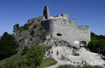 Turistov na Čachtický hrad po novom vyvezie vláčik