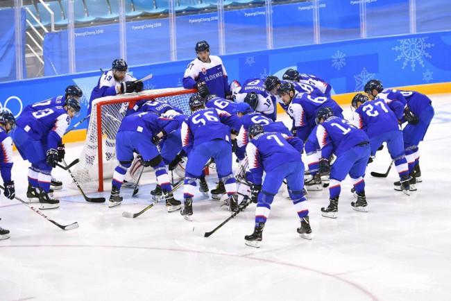 7ec9c9204 Na snímke slovenskí hokejisti pred zápasom B-skupiny Slovensko - OŠ Rusko  na zimných olympijských hrách v Pjongčangu, 14. februára 2018 v Kangnungu.
