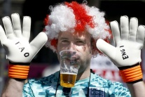 Fanúšikovia sa vymočili brankárovi do fľaše, on sa z nej napil