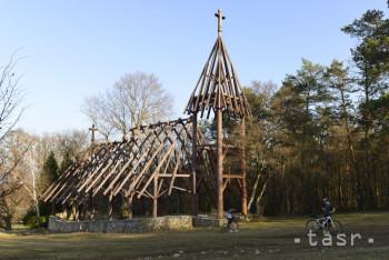Nad Debraďou stojí rastlinný kostol z drevených trámov